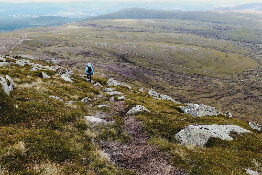 hiken-in-cairngorms-national-park-schotland